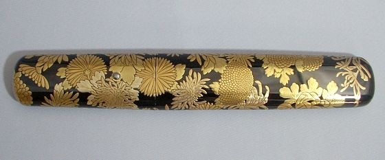 特注品 黒塗りに様々な形の菊が咲き誇る、懐刀・菊尽くし蒔絵